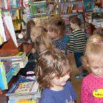 Przedszkolaki z przedszkola nr 4 w Zamościu w taniej księgarni